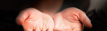 Fotografía de unas manos con las palmas hacia arriba