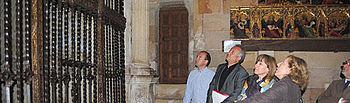 Ángeles García observa la rehabilitación de la reja de la Capilla del Doncel en la catedral de Sigüenza