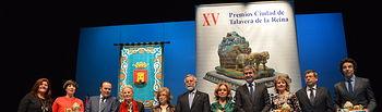 Álvaro Gutiérrez junto a las autoridades y los galardonados en los Premios Ciudad de Talavera
