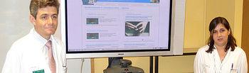 Imagen de la presentación del nuevo diseño de la página web Laparoscopia On Line del Servicio de Cirugía General y Aparato Digestivo del Área de Atención Especializada 'La Mancha Centro' a cargo de su jefe de Servicio, Carlos Moreno, y la directora médica, Regina Leal.