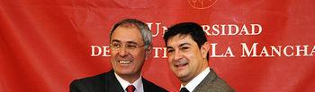 El rector de la UCLM, Ernesto Martínez Ataz, y el presidente de la Diputación de Cuenca, Juan Ávila, sellan el acuerdo.