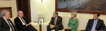 El ministro del Interior se ha reunido con los presidentes de la Federación de Asociaciones Autonómicas de Víctimas del Terrorismo y de la Asociación Cuerpos y Fuerzas de Seguridad del Estado Víctimas del Terrorismo. Foto: Ministerio del Interior