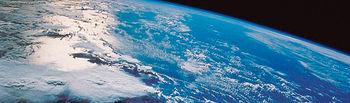 La pérdida de ozono está relacionada con el problema de la liberación de clorofluorocarbonos a la atmósfera. Imagen de satélite del globo terráqueo.