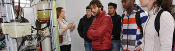 Estudiantes de Ingeniería Industrial en Toledo durante la visita a la planta piloto.