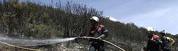 Trabajos de la Brigada de Refuerzo contra Incendios Forestales en Yesa (Navarra). Foto: EFE.