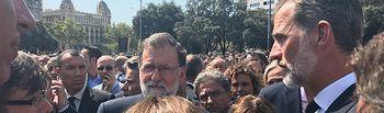 Su Majestad el Rey conversa con el presidente del Gobierno, el presidente de la Generalitat de Cataluña, la vicepresidenta del Gobierno y ministra de la Presidencia y la alcaldesa de Barcelona