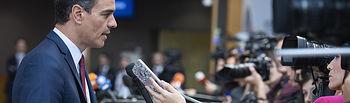 El presidente del Gobierno en funciones, Pedro Sánchez, atiende a los medios de comunicación antes de asistir a la cena informal de jefes de Estado y de Gobierno de la Unión Europea, celebrada en la capital belga.