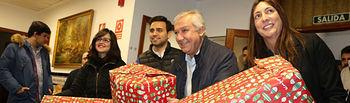 El vicesecretario de Política Autonómica y Local del Partido Popular, Javier Arenas, participa en la entrega de juguetes que organiza el PP de Sevilla