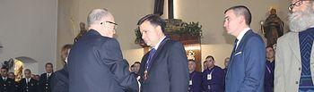 Manuel Serrano recibe la medalla de honor de la Real e Ilustre Esclavitud Nuestro Padre Jesús Nazareno de Medinaceli momentos antes del inicio de la procesión