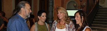 María Gil y Llanos Navarro asisten a la cata de vino organizada por AFEPAB.