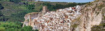 Las casas apiladas en la ladera de la montaña confieren a Alcalá del Júcar una espectacular imagen.