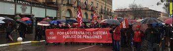 """Cientos de personas marchan en Toledo por las pensiones: """"Ni la lluvia ni Rajoy podrán pararnos hoy"""""""