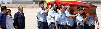 Rajoy recibe en Torrejón de Ardoz los restos mortales de Ignacio Echeverría