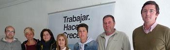 Miguel Martínez Cabañero y Carmen Álvarez con algunos de los componentes de la lista electoral del PP de Férez.