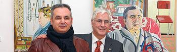 """El presidente de Castilla-La Mancha, José María Barreda, junto al pintor Pepe Carretero, durante su visita a la exposición """"La verdad también se inventa"""", hoy en Tomelloso."""