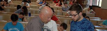 Un alumno entrega su examen en el Campus de Albacete.