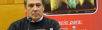 Fotografía de Emilio Villarino durante su intervención