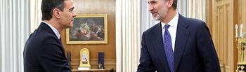 Su Majestad el Rey recibe el saludo del representante del Partido Socialista Obrero Español, Don Pedro Sánchez Pérez-Castejón. Foto: Casa de S.M. el Rey
