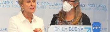 Carmen Quintanilla junto a una afectada por sensibilidad química múltiple