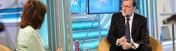 """El presidente del Gobierno, Mariano Rajoy, junto a Ana Rosa Quintana, presentadora de """"El programa de Ana Rosa"""", en un momento de la entrevista de Telecinco."""