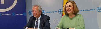 Silvia Valmaña y Ramón Aguirre, durante la rueda de prensa en la sede del PP de Guadalajara.