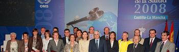 El presidente de Castilla-La Mancha, José María Barreda, posa junto a los galardonados durante el acto institucional del Día Mundial de la Salud, que se celebró esta tarde en Albacete.