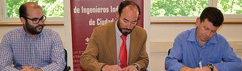 Jesús López (i) y Juan Manuel Badajoz (d) firman el convenio en presencia de Miguel Ángel Caminero, subdirector de Relaciones Institucionales y con Empresas.