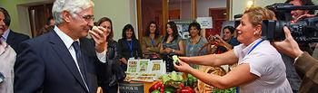 """El presidente de Castilla-La Mancha, José María Barreda, ha asistido hoy en Malagón (Ciudad Real) a la conmemoración del Día Internacional de la Mujer Rural que, bajo el lema """"Aliadas con el progreso"""", organiza la Asociación de Desarrollo Montes Norte. En la imagen durante la visita a la Feria de Muestras."""