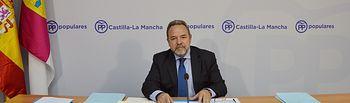 Fotografía del secretario del Comité Organizador del XIII Congreso autonómico del PP de Castilla-La Mancha (COC), Jesús Labrador, de la rueda de prensa