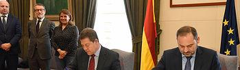 El presidente de Castilla-La Mancha, Emiliano García-Page, firma con el ministro de Fomento, José Luis Ábalos, un protocolo de colaboración entre la Junta de Comunidades y la Entidad Pública Empresarial del Suelo (SEPES) para la promoción de suelo industrial en el conjunto de la región. (Fotos: José Ramón Márquez // JCCM)