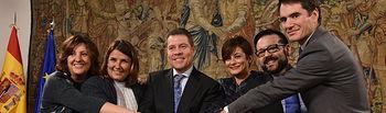 El presidente de Castilla-La Mancha, Emiliano García-Page, firma, en el Salón de Tapices del Palacio de Fuensalida, los convenios para el desarrollo de Lanzaderas de Empleo en Puertollano y Talavera de la Reina con la Fundación Santa María la Real y la Fundación Telefónica. (Fotos: José Ramón Márquez // JCCM).
