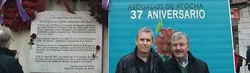 Juan Antonio Mata, a la derecha, en la escultura en homenaje a los abogados asesinados en la calle de Atocha en Madrid.