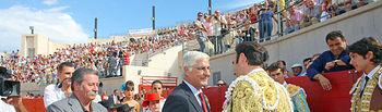 El presidente de Castilla-La Mancha, José María Barreda, saluda al torero Enrique Ponce en presencia del alcalde de Almodóvar del Campo (Ciudad Real), Vicente de Gregorio, durante el festejo taurino con el que se inauguró la Plaza de Toros de esta localidad.