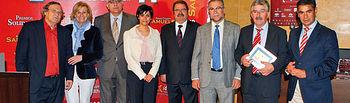 Foto de familia de los premiados y autoridades en la VIII edición de los Premios Solidarios 2010.