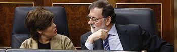 El presidente del Gobierno, Mariano Rajoy, conversa con la vicepresidenta, Soraya Sáenz de Santamaría, en el Congreso de los Diputados. Presupuestos Generales del Estado para 2018.