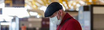 Coronavirus- Un hombre se protege con una mascarilla en el Aeropuerto Madrid-Barajas Adolfo Suárez. Foto: Europa Press 2020