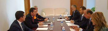 El subsecretario del Ministerio del Interior trasmite al consejero de Administración Pública de Extremadura los últimos detalles sobre el desarrollo del simulacro Curiex. Foto: Ministerio del Interior