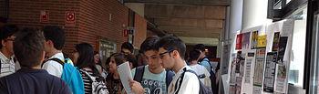 Alumnos comentan el primero de los exámenes en el Campus de Albacete.