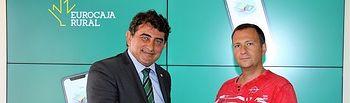 El director de la División de Relaciones Institucionales de Eurocaja Rural, Miguel Ángel Escalante Pinel, y Jorge Fernández Martín, cliente de la oficina de Ocaña.