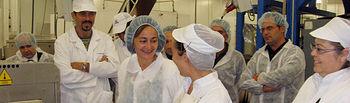 La consejera de Empleo, Igualdad y Juventud, María Luz Rodríguez, conversa con dos trabajadoras de la empresa Delfín Ultracongelados durante la visita que realizó esta mañana a la planta instalada en Ontígola (Toledo).