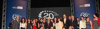Barreda asistió hoy en el Teatro de Rojas a la celebración del 20 aniversario de la Cadena Ser Toledo. En la imagen, posa junto a directivos y trabajadores de la emisora de quienes destacó su profesionalidad