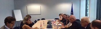 García Tejerina entrega documento a Phil Hogan. Foto: Ministerio de Agricultura, Alimentación y Medio Ambiente