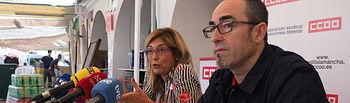 Secretario regional de CCOO, Paco de la Rosa, y la secretaria provincial del sindicato, Carmen Juste, en el estand de CCOO en el recinto ferial