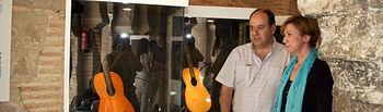 En la imagen de archivo, la vicepresidenta y consejera de Economía y Hacienda, María Luisa Araújo, junto al lutier castellano-manchego Vicente Carrillo, nombrado hoy Premio Nacional de Artesanía 2010; durante la visita a la muestra que el Gobierno regional dedicó el pasado mes de mayo a su trayectoria en la Fundación Mezquita de Tornerías de Toledo.