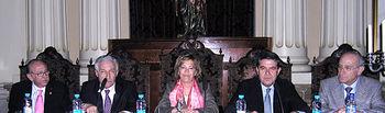 """Un momento de la presentación del libro, """"Sonetos de la Pasión"""", del autor Juan Ruiz Boludo (primero derecha) en el Ilustre Colegio Notarial de Albacete, al que ha asistido la consejera de Justicia y Protección Ciudadana, Angelina Martínez (centro)."""