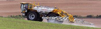 Una máquina abona el campo con pesticidas. Lite-Trac Crop Sprayer CC BY-SA 3.0
