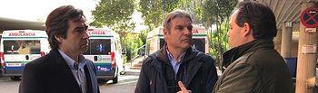 Paco Núñez conversa con un trabajador del transporte sanitario en Guadalajara en presencia del diputado Lorenzo Robisco