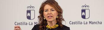 La consejera de Bienestar Social, Aurelia Sánchez, informa en rueda de prensa de los acuerdos del Consejo de Gobierno relacionados con su departamento, en el Palacio de Fuensalida. (Foto: Álvaro Ruiz // JCCM)