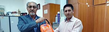 Pedro Rodríguez, a la derecha, con el desfibrilador recién adquirido.