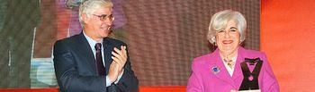 Imagen de archivo de VI edición de los Premios Internacionales 'Abogados de Atocha'.El presidente de Castilla-La Mancha, José María Barreda, entrega el galardón a la abogada Francisca Sauquillo.